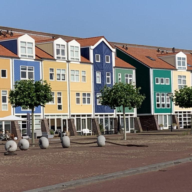 Mooie gekleurde huisjes in Hellevoetsluis